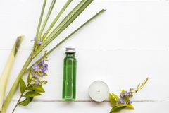 Naturliga växt- oljor att dra ut vegetationlemongrass arkivfoto