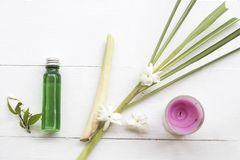 Naturliga v?xt- oljor drar ut vegetationlemongrasslukter v?drar arom fotografering för bildbyråer