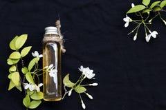 Naturliga v?xt- oljor drar ut mok f?r den vita blomman royaltyfria foton