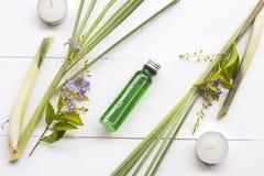 Naturliga v?xt- oljor drar ut vegetationlemongrasslukter v?drar arom arkivbild