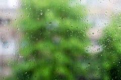 Naturliga vattendroppar på fönsterexponeringsglas Arkivbild