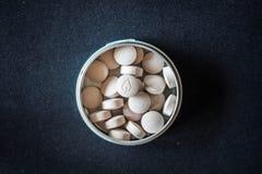 Naturliga vitaminpreventivpillerar i packe Royaltyfri Foto