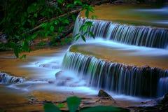 Naturligt ångavatten faller den hauy maekaminen i den djupa skogkanchanaburien som är västra av Thailand den djupa skogkanchanabu Arkivbild