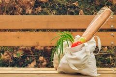 Naturligt Ã¥tervinningsbart linnetyg med organiska produkter Eco vänlig livsstilbakgrund Inget primat begrepp för förorening kopi royaltyfri bild