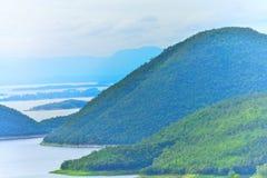 Naturligt berg, härligt, kallt, skog, grönt berg i Thailand Arkivbilder