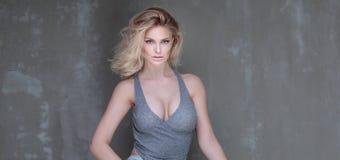 Naturligt blont posera för kvinna fotografering för bildbyråer