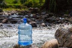 Naturligt dricksvatten i en stor flaska royaltyfri fotografi