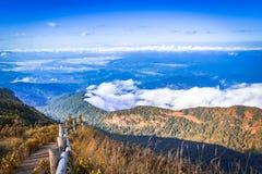 Naturligt evironmentlandskap: blå himmel med mistclounds på mou royaltyfri fotografi