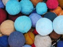 Naturligt färgat ullgarn i peruanska Anderna på Cuzco Arkivfoton