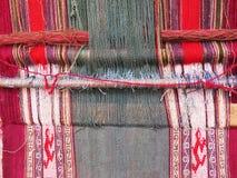 Naturligt färgat ullgarn i peruanska Anderna på Cuzco Arkivbilder