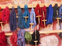Naturligt färgat ullgarn i peruanska Anderna på Cuzco Fotografering för Bildbyråer