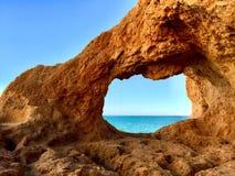 Naturligt fönster, Algarve Arkivbild
