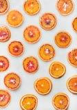 Naturligt fruktmodellbegrepp med blodapelsinskivor arkivbild