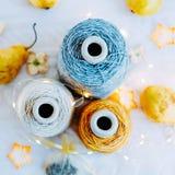 Naturligt garn för tweed tre i spolar för att sticka arkivfoto