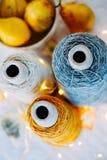 Naturligt garn för tweed tre i spolar för att sticka arkivbilder