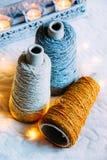 Naturligt garn för tweed tre i spolar för att sticka arkivbild