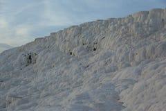 Naturligt handfatlandskap för vita forntida kalcier i aftonen Pamukkale, Turkiet fotografering för bildbyråer