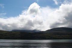 Naturligt landskap av fjorden av västra Skottland nära Fort William Arkivfoton