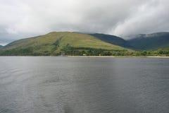 Naturligt landskap av fjorden av västra Skottland nära Fort William Royaltyfria Foton