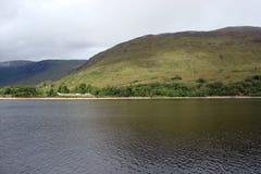 Naturligt landskap av fjorden av västra Skottland nära Fort William Royaltyfria Bilder