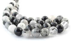 Naturligt mineraliskt stenkvartshår med den svarta tourmalinekristallgemstonen Arkivbild