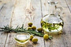 Naturligt oljabegrepp med nya oliv på tabellbakgrundsåtlöje upp arkivfoton