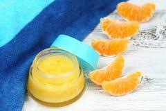 Naturligt orange socker skurar godan för perfekt hud Royaltyfri Foto