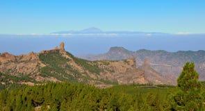Naturligt parkera den Roque Nublo och Tenerife ön med bakgrund för blå himmel, från Gran canaria Arkivbilder