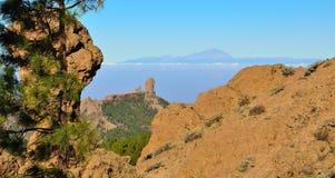 Naturligt parkera den Roque Nublo och Tenerife ön med bakgrund för blå himmel, från Gran canaria Royaltyfri Fotografi