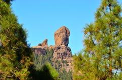 Naturligt parkera Roque Nublo med bakgrund för blå himmel, Gran canaria, kanariefågelöar Arkivfoto