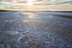 Naturligt salta på sjön Elton på solnedgången Arkivbild