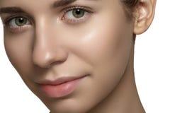 Naturligt skönhet, skincare & smink. Kvinnan vänder mot med rent skina flår Fotografering för Bildbyråer