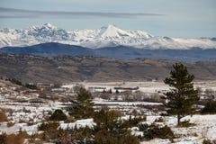 Naturligt snöig landskap med berg av Gran Sasso i baksidan Fotografering för Bildbyråer