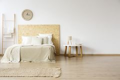 Naturligt sovrum med stegen arkivbilder