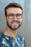 Naturligt stiligt le för ung man arkivfoton