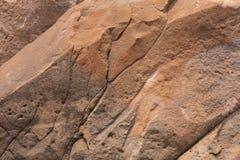 Naturligt tänd - den bruna stenen med en lättnadsyttersida royaltyfri fotografi