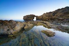 Naturligt vagga bågen, klippan och stranden royaltyfri fotografi