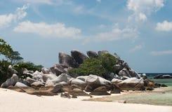 Naturligt vagga bildande på den vita sandstranden på kusten i den Belitung ön royaltyfri fotografi