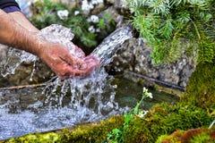 Naturligt vatten från källan arkivfoton