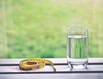 Naturligt vatten och gult mäta band royaltyfri fotografi