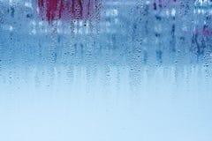 Naturligt vatten tappar på exponeringsglas, fönsterexponeringsglas med kondensation, stark hög fuktighet, stora droppar av vatten arkivbild