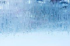 Naturligt vatten tappar på exponeringsglas, fönsterexponeringsglas med kondensation, stark hög fuktighet, stora droppar av vatten fotografering för bildbyråer