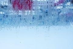 Naturligt vatten tappar på exponeringsglas, fönsterexponeringsglas med kondensation, stark hög fuktighet, stora droppar av vatten royaltyfri foto