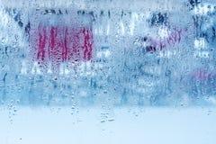 Naturligt vatten tappar på exponeringsglas, fönsterexponeringsglas med kondensation, stark hög fuktighet, stora droppar av vatten arkivfoto