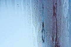 Naturligt vatten tappar på exponeringsglas, fönsterexponeringsglas med kondensation, stark hög fuktighet, stora droppar av vatten royaltyfri fotografi