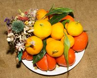 Naturmort от плодоовощ и букета сухих цветков Стоковая Фотография