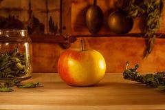 Naturmort con Apple en fondo Fotos de archivo libres de regalías