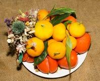 Naturmort de fruit et d'un bouquet des fleurs sèches Photographie stock