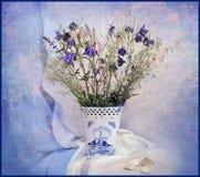 Naturmort mit blauen Blumen Stockfoto