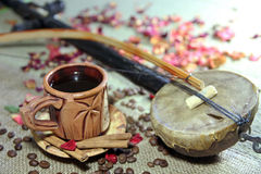 Naturmort mit Tasse Kaffee, Kaffeebohnen und musikalischem Instrume lizenzfreie stockbilder